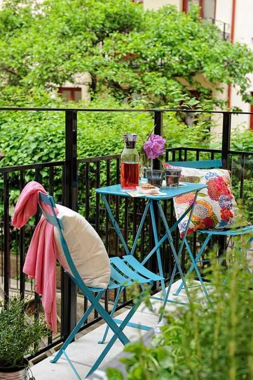 如果是封闭性的阳台,可选择沙发,平时可以在阳台躺着晒晒太阳,闭目养