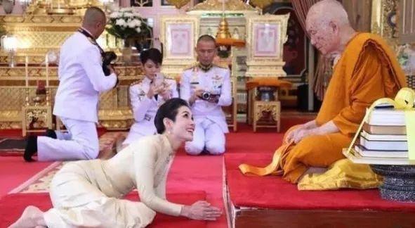 在进入王室之后的第一个公务就是前往寺庙,在寺庙拜见高僧之后,与民众
