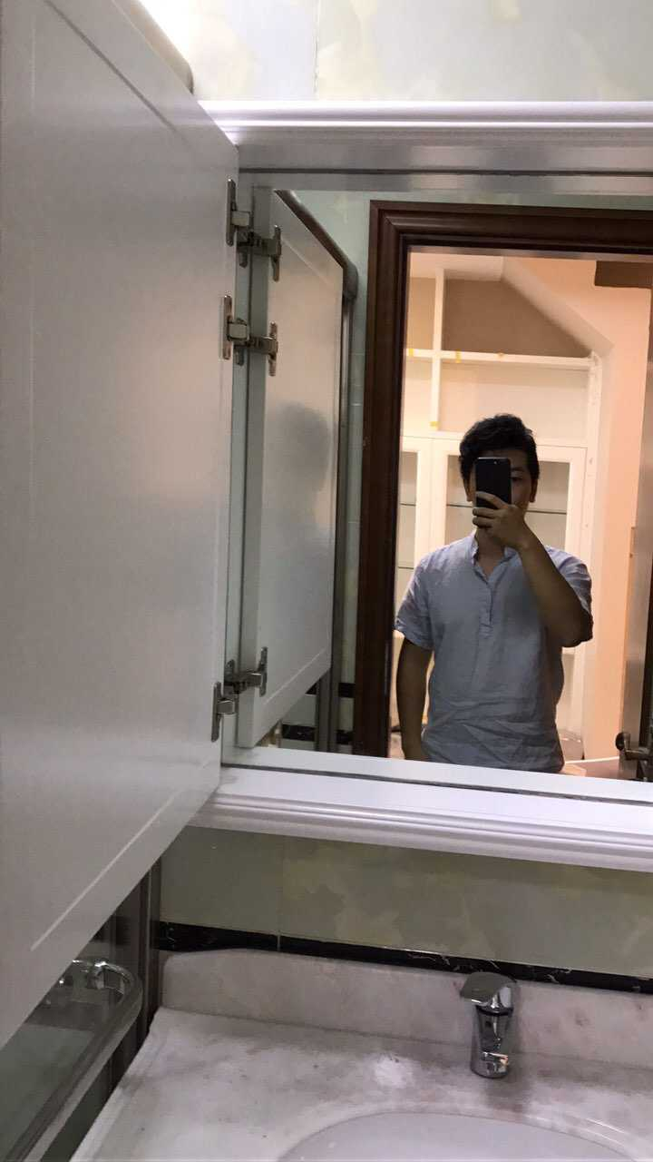 洗漱台的镜子对着卧室的门,如何化解?