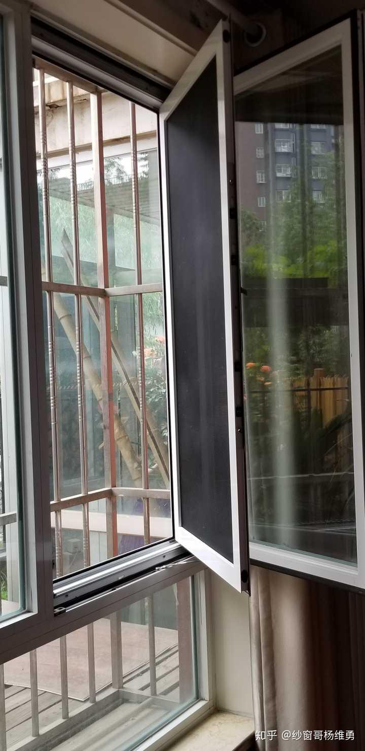内开内倒窗户的纱窗安装在室外,每次平开或上倒窗户就可以起到防蚊图片
