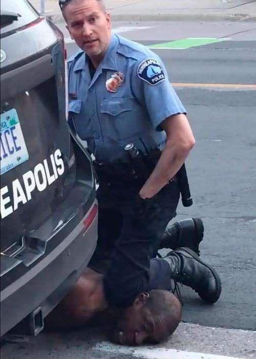 驾车袭警被开枪制服