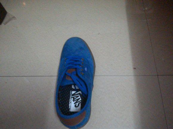 蓝色鞋子怎么搭配裤子,衣服还有袜子啊?求达人