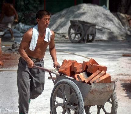 男人/还有一点,体力劳动者的骨头也会很结实,骨密度会比普通人要高...