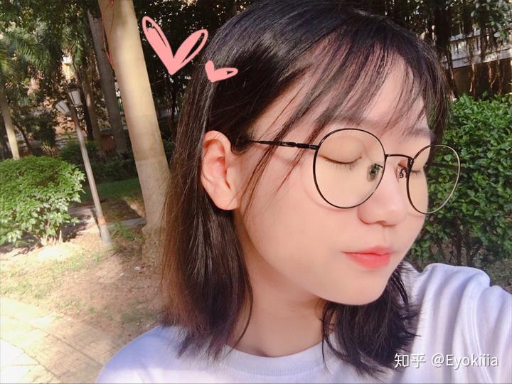 戴眼镜的短发女生如何自拍漂亮好看?图片