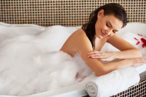 洗澡女孩摸肉穴_洗澡时越爱洗这里,你会越活越精神!