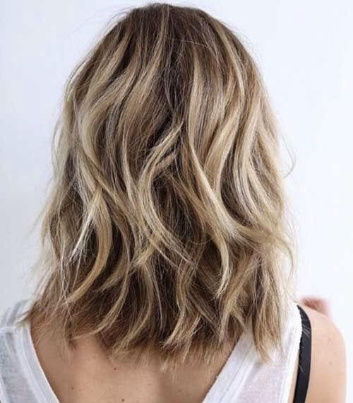 这几缕褪色后整头染,褪色的头发染出来颜色比较浅,就像给头发上了高光