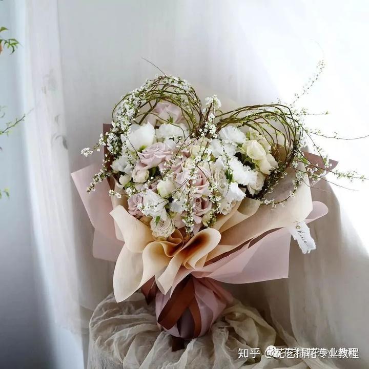 不是所有的花都是包得越华丽越好,过分的包装会使鲜花失去原本的色彩图片