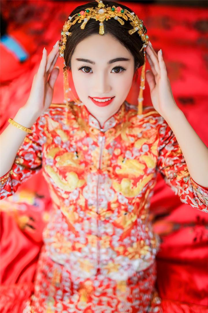 传统婚礼上,新娘的眼妆不会使用过于出挑的颜色,金色和红色的搭配则图片
