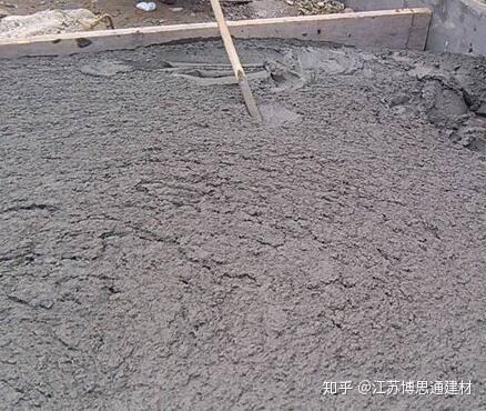 原因是冬季施工对混凝土结构及在进行预应力孔道灌浆时未采取保温措施