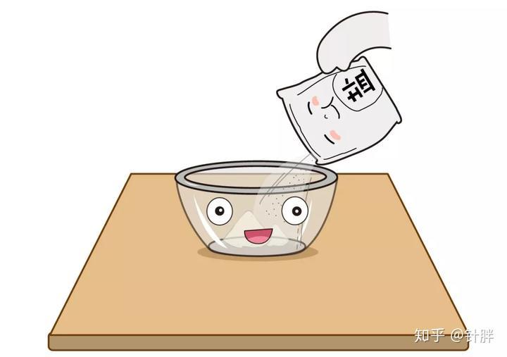 在玻璃碗中倒入盐,先尝一口,确认他现在是咸的味道