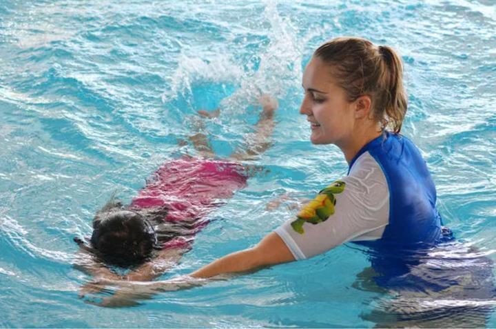 儿童练游泳时_而国际上推行的儿童游泳学习的目标是这样的