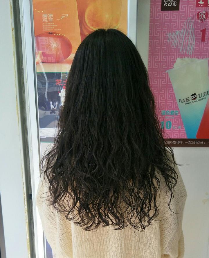 我现在头发及肩,被希琳娜依高的泡面头电中了,非常想烫一个类似的摇滚图片