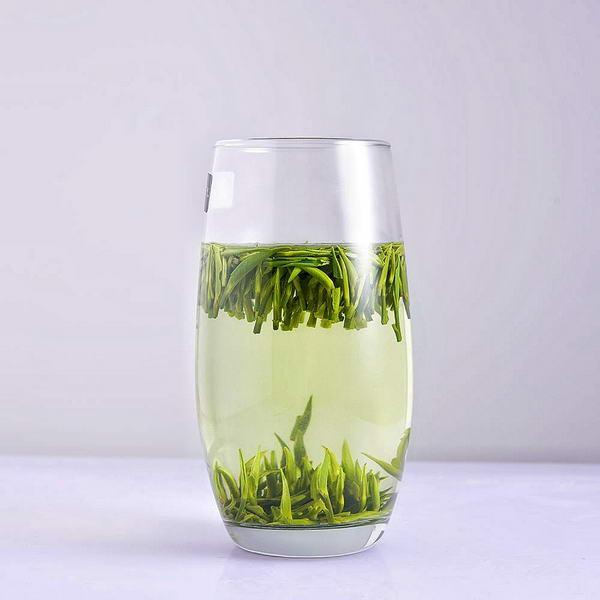 也需休息片刻,坐下去,一杯湄潭翠芽端上来,看着茶叶在水中起起伏伏图片