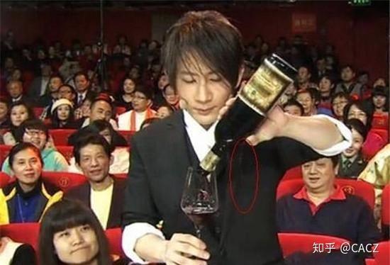 2019年3月9日,刘谦「不换壶」倒饮料的八字手把手教你学魔术图片