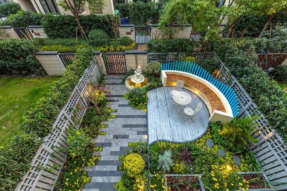 景观设计师 11 人 赞同了该文章 40平的小花园算不上大 但设计师对图片