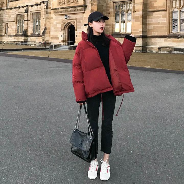 红色斗篷型羽绒棉服搭配黑色打底衫,黑色铅笔裤或者半身裙,整体搭配既