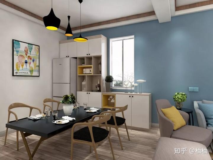 深灰色餐桌,保留窗户设计的l型餐边柜,黑黄色的吊灯.图片
