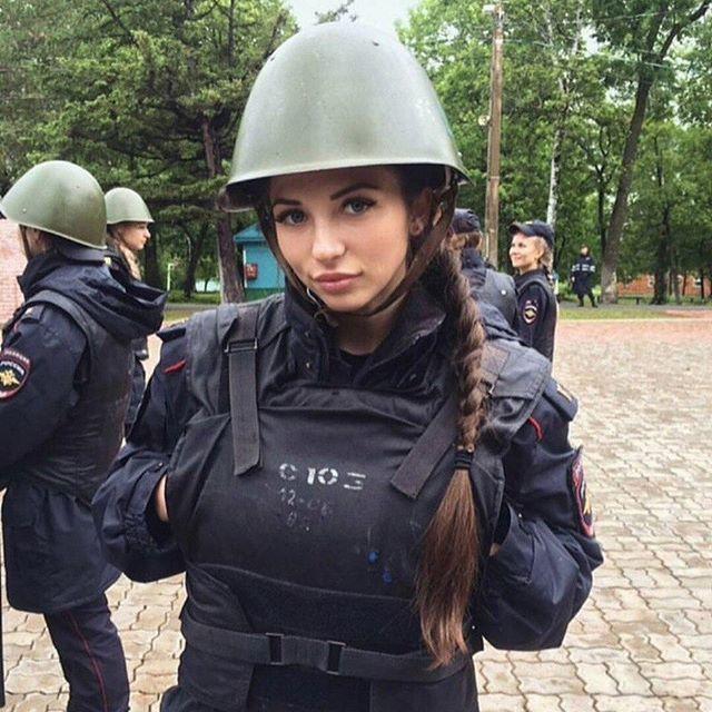 俄罗斯女警成集体网红,双手伸进防弹衣内是什么姿势?