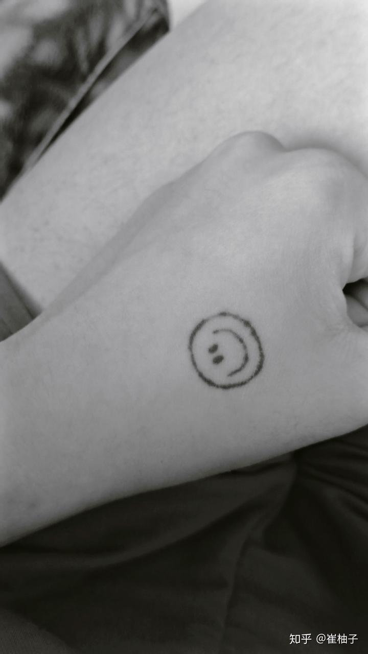 想纹gd笑脸纹身,但是纹身师说虎口很容易掉色,断断续续的会很丑…啊!