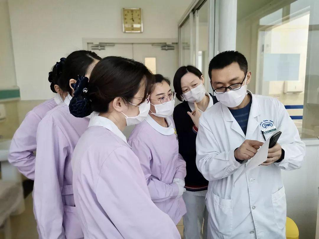 抗疫人物印象:快递员,物业,医生.图片