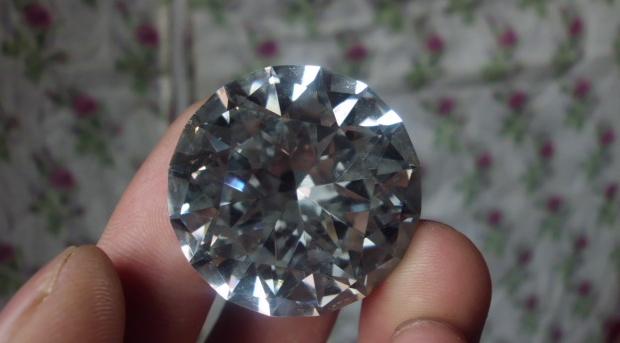 你真的相信玻璃和钻石混在一起,用水泡泡就能分得清?