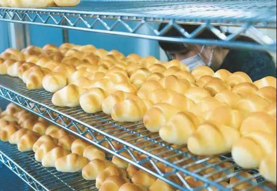 开一个烘焙店预算明细 这家面包店开业74年从未出新品,传承4代经久不衰的理由是...