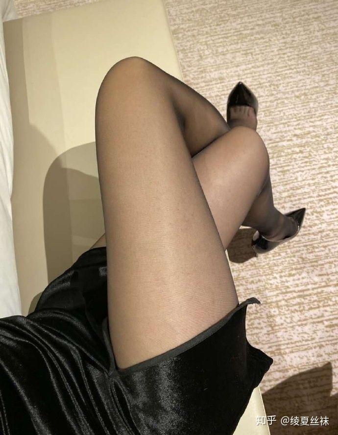 女生喜欢穿肉色丝袜还是黑丝袜?1