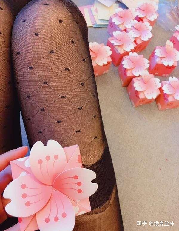女生喜欢穿肉色丝袜还是黑丝袜?13