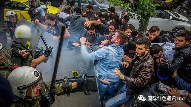 希腊警察镇压示威学生和工人