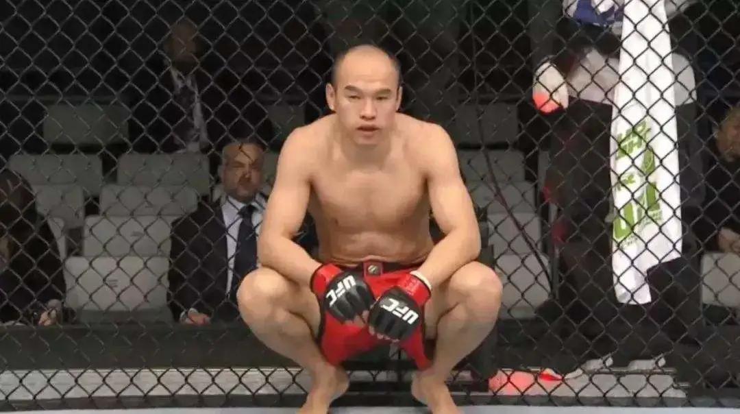 ufc张铁泉比赛_中国首位UFC冠军张伟丽,用实力回敬傲慢与偏见(含比赛完整 ...