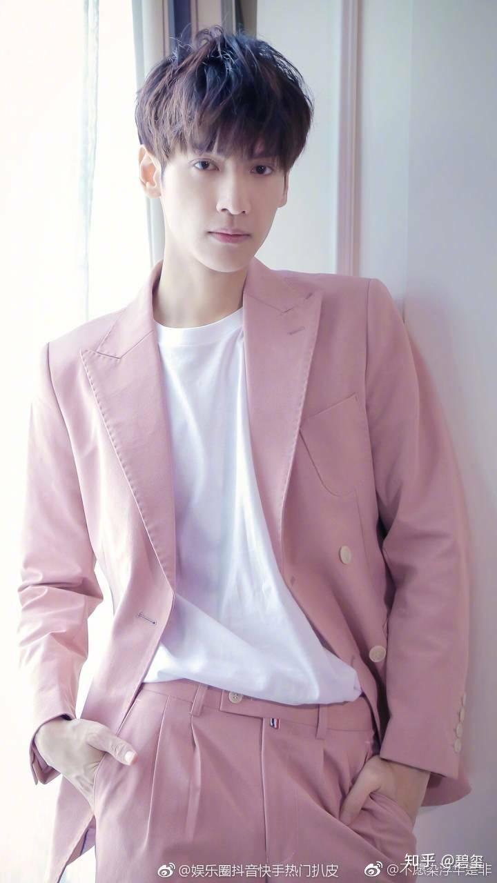 哥哥色中色大全_小哥哥穿粉红色其实还是很帅哒!