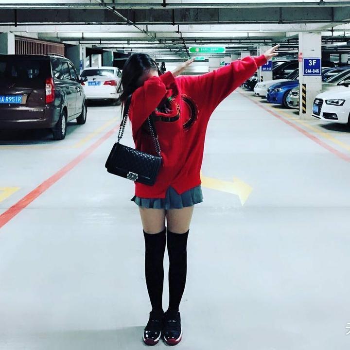 色情囹�a�aj:(�9��:`k���_搭配推荐:红色卫衣短裙aj长筒袜